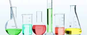 pracovníci v továrnách, které vyrábějí nebo používají takové věci jako pesticidy, ropné produkty, plasty, prací a čisticí chemikálie, ředidla, potahované kovy, konzervanty, léky, azbestové produkty, hnojiva, některé kosmetické výrobky, parfémy, barvy, barviva, elektrické vybavení a jakékoli radioaktivní materiály, mohou být, a často po dlouhou dobu, vystaveni působení toxických materiálů