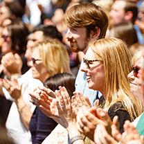 Scientologická televize a rádio - Scientology media productions - dav lidí při slavnostním otevření